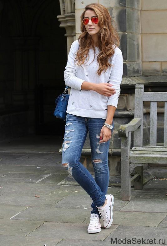 девушка в синих джинсах и белых кедах