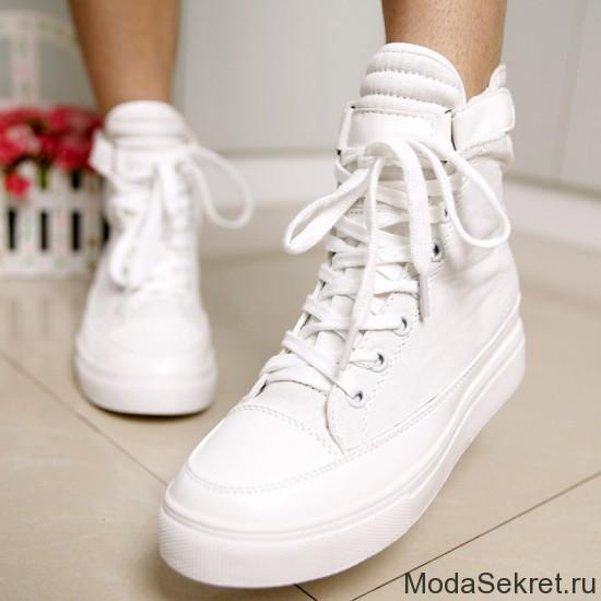 женские ножки в красивых белых кедах