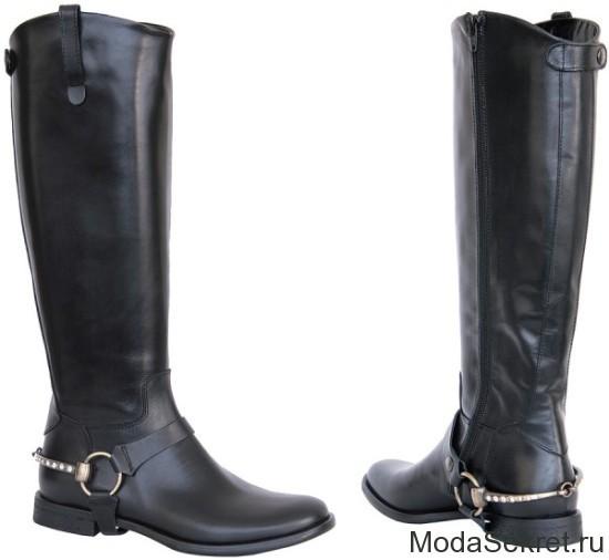 пара черных стильных сапог