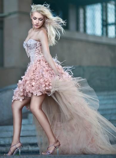Короткое свадебное платье с пышным шлейфом