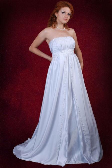 Беременной невесте подойдет стильное платье с длинным шлейфом
