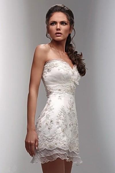 Стильная невеста в коротком свадебном платье