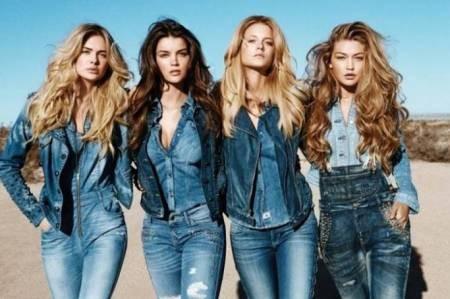 четыре девушки в джинсовой одежде
