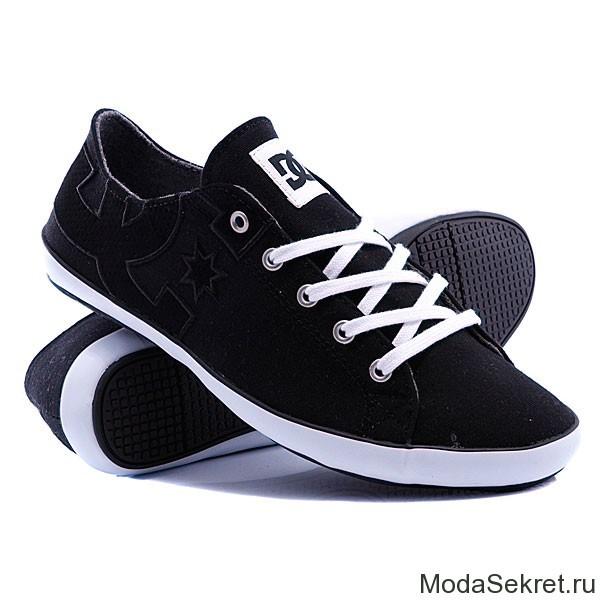 черные кеды с белыми шнурками