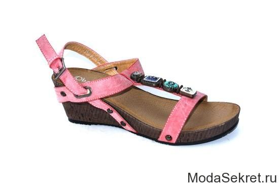 летние сандалии яркого цвета