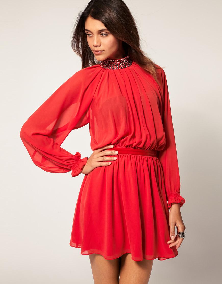 девушка в красном вечернем платье