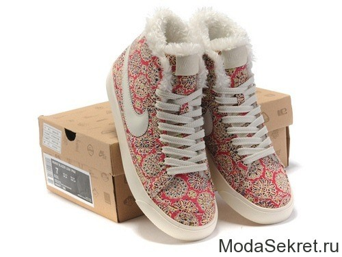 на коробке стоят зимние ботинки для женщин