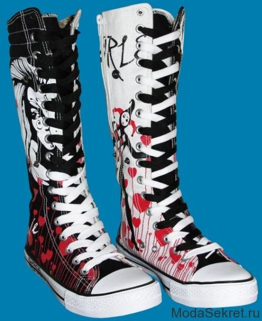 очень высокие кеды с черно-белыми шнурками