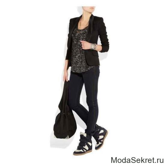 девушка в черной одежде в модных кедах