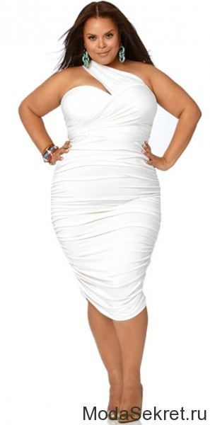 большая девушка в обтягивающем белом платье
