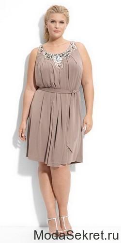 симпатичная полненькая женщина в сером платье