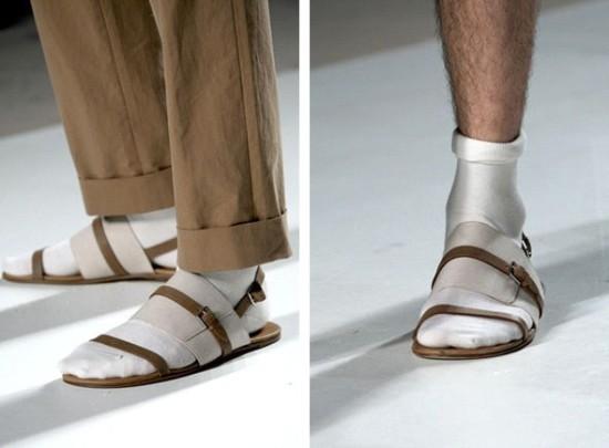 Носят ли сандалии с носками?