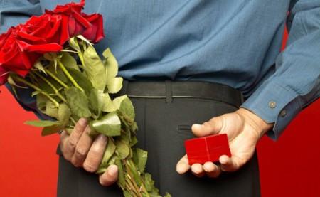Как правильно дарить помолвочное кольцо?