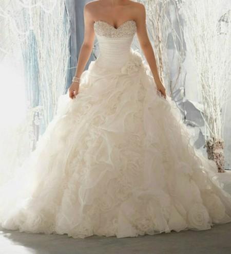 Невеста в длинном свадебном платье